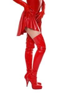 Lackkleid und Lackstiefel in Rot