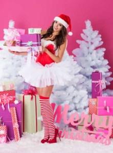 Frau mit Nikolauskostüm und Geschenk