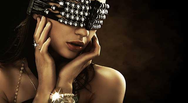 Augenbinde Leder-Strass Modell © depositphotos.com