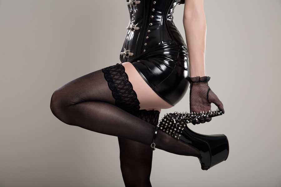 Lackkleid mit sexy Strümpfe und High Heels © depositphotos.com