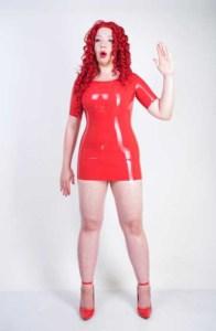 Sexpuppe im roten Latex-Kleid